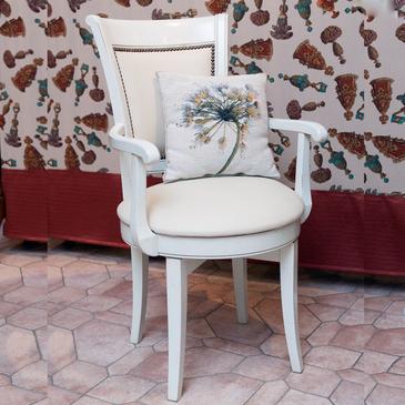 Вращающееся кресло с подлокотниками